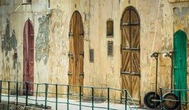 Calle con las puertas coloridas en Vallatta Imagen de archivo