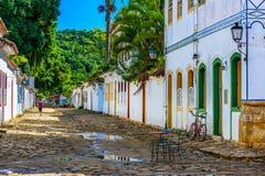 Calle con las tablas de café en centro histórico en Paraty, Rio de Janeiro, el Brasil fotografía de archivo libre de regalías