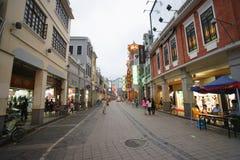 Calle con las tiendas Imagen de archivo libre de regalías