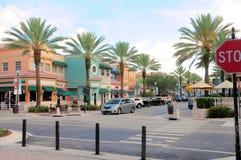 Calle con las tiendas al por menor en FL del sur imagenes de archivo