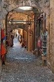 Calle con las tiendas de souvenirs en la ciudad vieja de Rodas Foto de archivo libre de regalías