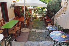 Calle con los cafés en Atenas, Grecia fotografía de archivo libre de regalías