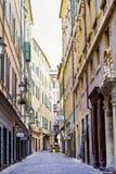 Calle con los edificios del vintage en Verona, Italia Foto de archivo libre de regalías