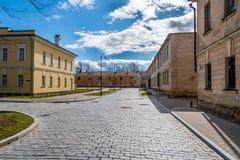 Calle con los edificios viejos en Dauvavpils Fotos de archivo libres de regalías