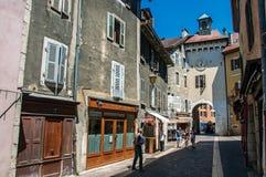 Calle con los edificios viejos y gente en el centro de ciudad de Annecy Foto de archivo libre de regalías