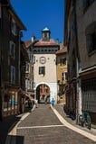 Calle con los edificios viejos y gente en el centro de ciudad de Annecy Imagen de archivo libre de regalías