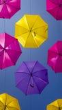 Calle con los paraguas coloreados Agueda Imagen de archivo