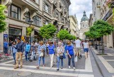 Calle con los turistas en Budapest, Hungría Fotos de archivo