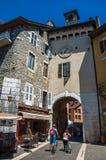 Calle con los viejos edificios y motoristas en el centro de ciudad de Annecy Fotos de archivo