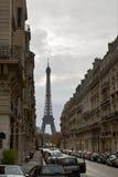 Calle con objeto de la torre Eiffel Imagen de archivo libre de regalías