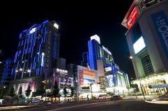 Calle coreana en la noche