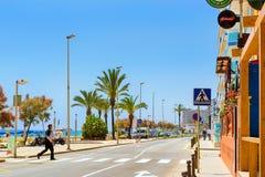 Calle costera del centro turístico Blanes, España con los coches imagenes de archivo
