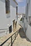 Calle cuesta abajo en la ciudad blanca Imagen de archivo libre de regalías