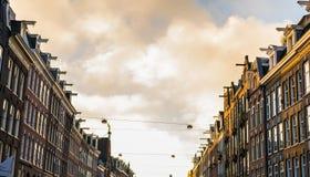 Calle de Amsterdam con los housefronts Foto de archivo libre de regalías