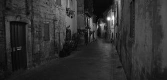 Calle de Atri en la noche Imágenes de archivo libres de regalías