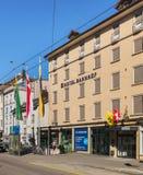 Calle de Bahnhofstrasse en la ciudad de Schaffhausen, Suiza foto de archivo