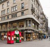 Calle de Bahnhofstrasse en la ciudad de Zurich en la estación del advenimiento Fotografía de archivo