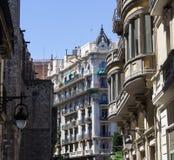 Calle de Barcelona, con arquitectura hermosa imágenes de archivo libres de regalías