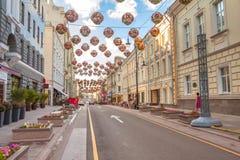 Calle de Bolshaya Dmitrovka en el verano, centro de ciudad de Moscú Foto de archivo libre de regalías