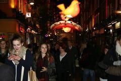 2013, calle de Carnaby con la decoración de la Navidad Fotos de archivo libres de regalías