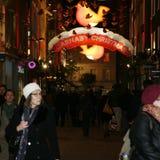 2013, calle de Carnaby con la decoración de la Navidad Imágenes de archivo libres de regalías
