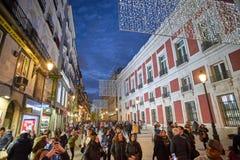 Calle de Carretas οδός που φωτίζεται από τα φω'τα Χριστουγέννων Μαδρίτη στοκ εικόνες