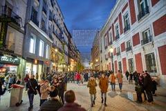 Calle De Carretas ulica iluminująca bożonarodzeniowymi światłami madrid fotografia stock
