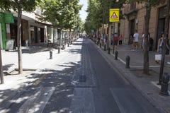 Calle de centro al día de verano caliente, Granada Fotos de archivo libres de regalías