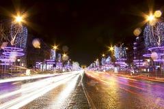 Calle de Champs-Elysees en la noche en París imágenes de archivo libres de regalías