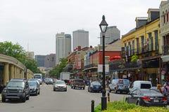 Calle de Decatur en el barrio francés, New Orleans imágenes de archivo libres de regalías