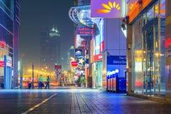 Calle de Dubai por noche Foto de archivo libre de regalías