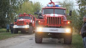 Calle de Efremovskay, Mtsensk, Rusia, 2017 05 10 Editorial - desastre Trabajo del coche de bomberos sobre el fuego almacen de video