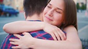 Calle de encuentro feliz del abrazo de los pares de la relación del amor metrajes