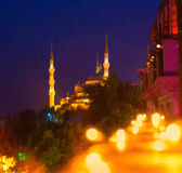 Calle de Estambul en la noche Mezquita azul imagenes de archivo