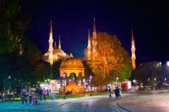 Calle de Estambul en la noche Mezquita azul imagen de archivo libre de regalías