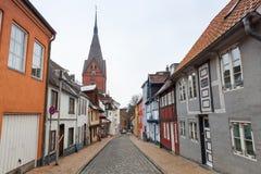 Calle de Flensburg, la iglesia Sankt Marien fotografía de archivo libre de regalías
