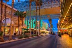 Calle de Fremont con muchas luces de neón y turistas en Las Vegas foto de archivo