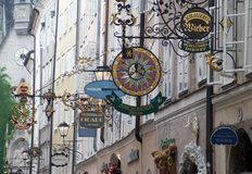 Calle de Getreidegasse en Salzburg Foto de archivo