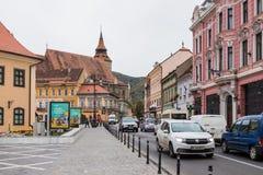 Calle de Gheorghe Bartitiu cerca al cuadrado del mercado del consejo en la ciudad vieja de Brasov en Rumania imagenes de archivo