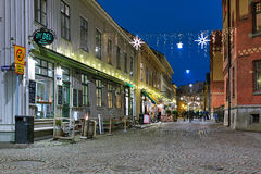 Calle de Haga Nygata con iluminaciones de la Navidad en Goteburgo fotografía de archivo