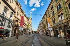 Calle de Herrengasse por completo de la gente en la ciudad Graz Steiermark Imagenes de archivo