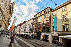 Calle de Herrengasse por completo de la gente en la ciudad Graz Steiermark Foto de archivo