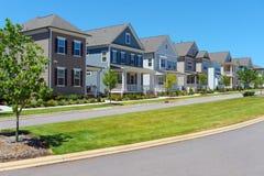 Calle de hogares suburbanos imagen de archivo
