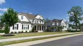 Calle de hogares suburbanos imagenes de archivo