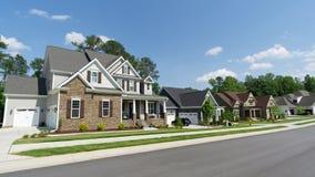 Calle de hogares suburbanos foto de archivo