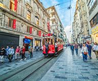 Calle de Istiklal y tranvía roja famosa que van a lo largo de la calle fotografía de archivo libre de regalías
