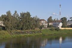 Calle de Kopylov en la orilla del lago Smolnikovsky en Veliky Ustyug, región de Vologda Foto de archivo libre de regalías