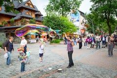 Calle de Krupowki en Zakopane, Polonia Foto de archivo libre de regalías