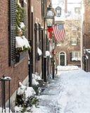 Calle de la bellota en la nieve con el vuelo de la bandera americana foto de archivo