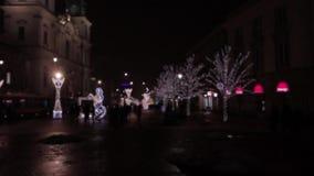Calle de la capital de Europa del Este en la noche durante la estación de la Navidad almacen de video